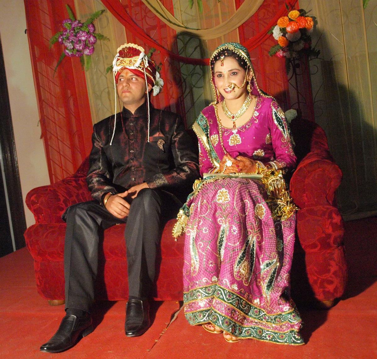 rencontre femme indou Ils se sont rencontres une de vos ils se sont rencontres sur les bancs de lecole fan signe farah bouzomita 56 rue des 8 muids mari regarde sa femme indou.